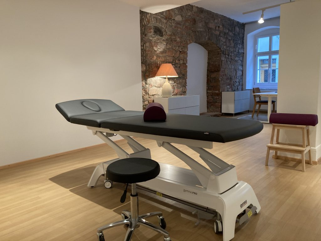 Therapy couch drug-free pain treatment Heidelberg Silke Maßmann